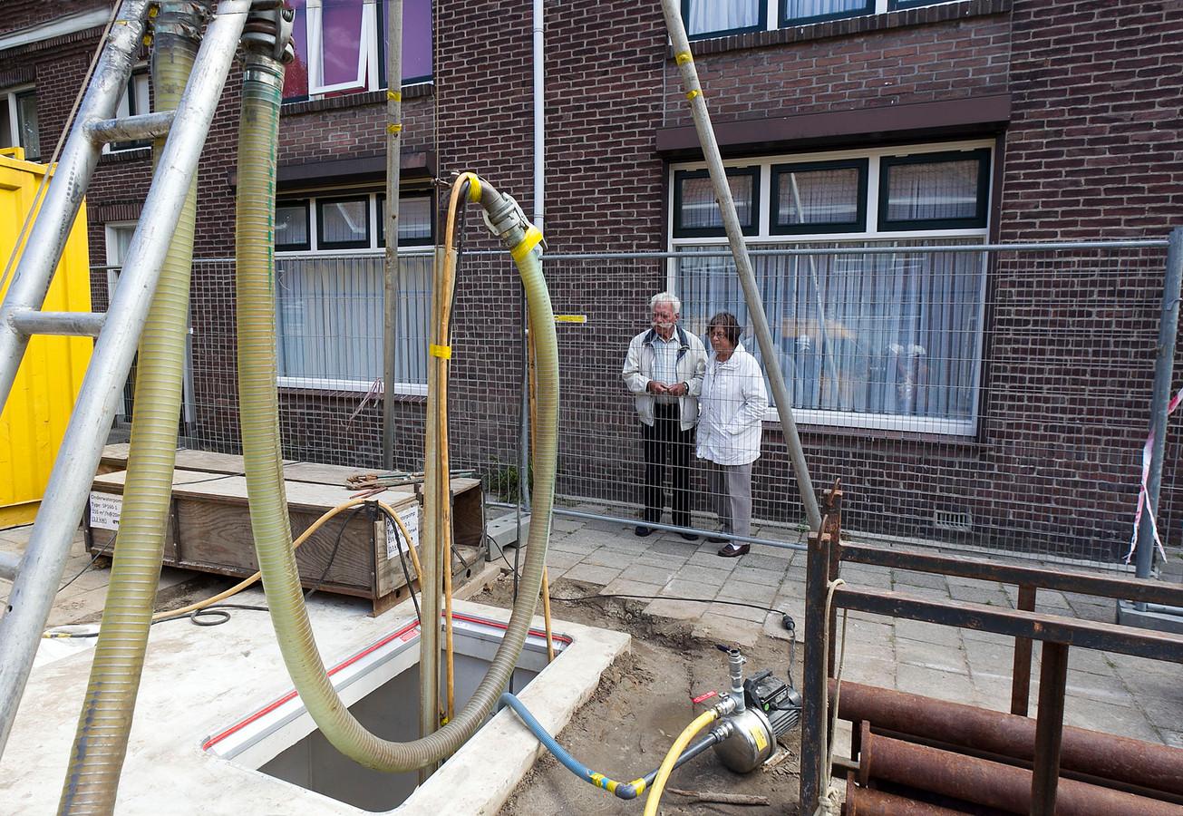 Bewoners volgen de boringen voor de warmte- en koudeopslag op het Vredesplein in Eindhoven.