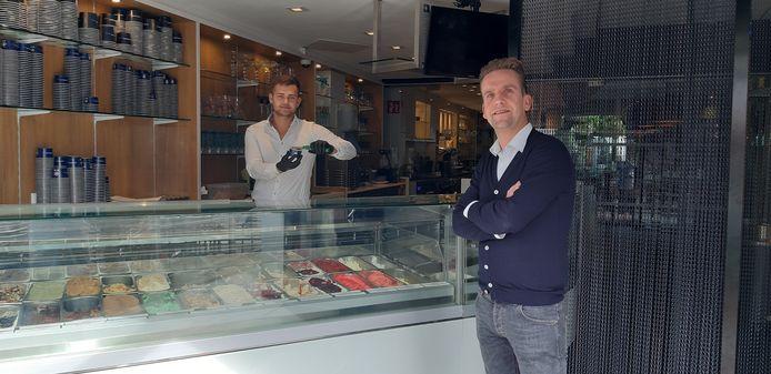 Eigenaar Peter Takens (rechts) van restaurant en ijssalon Intenzo, waarvan twee personeelsleden inmiddels in thuisquarantaine zijn.