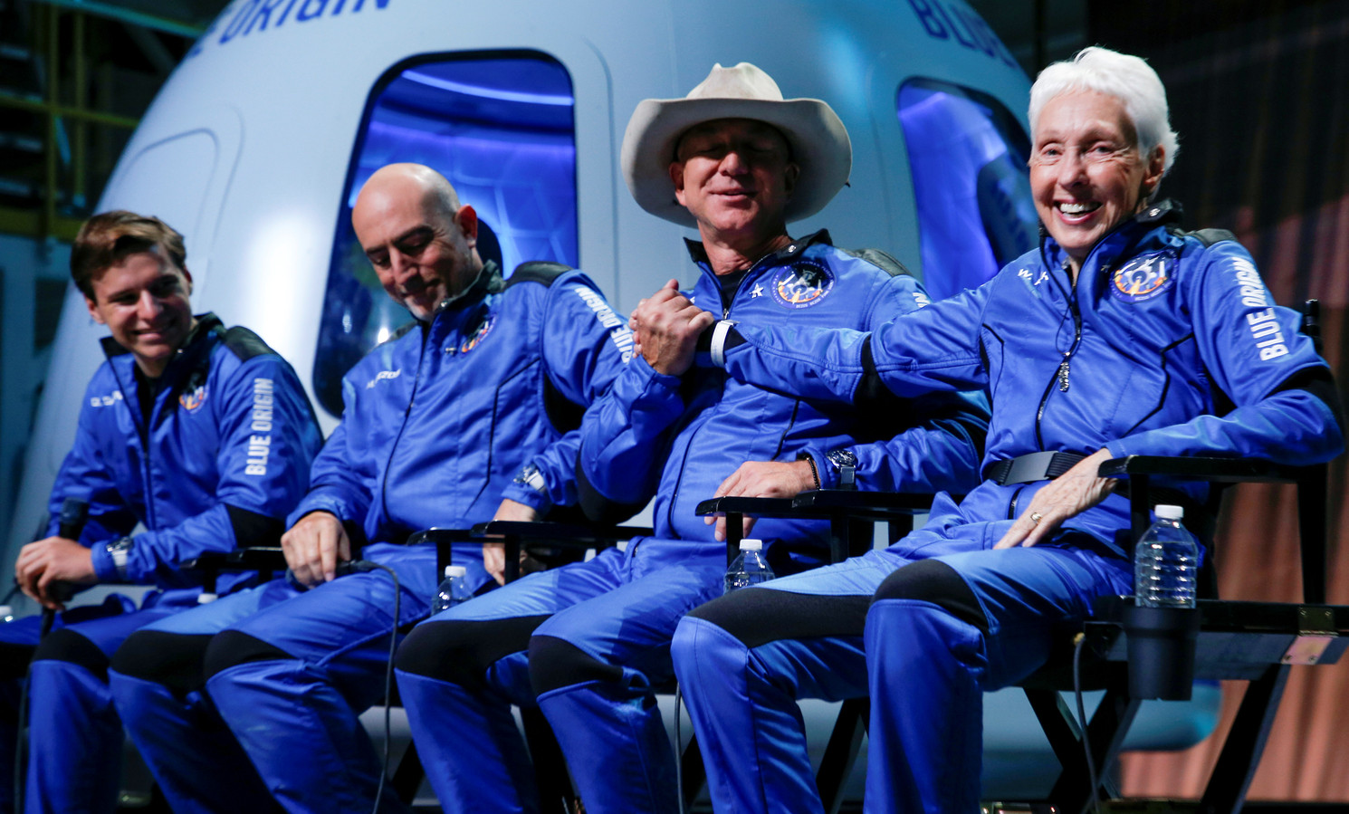 Oliver Daemen, Mark Bezos, Jeff Bezos, et Wally Funk.