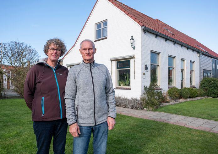 Aart en Jeannette Notebaart bij hun woning in Dishoek vrezen dat hun huis meer schade oploopt door heien.