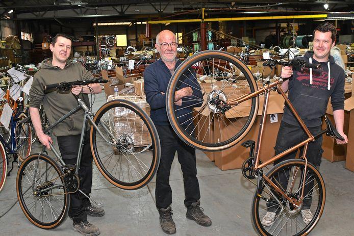 Peter, Jan en Tom Oosterlinck van fietsen Achielle bij twee Oscar-fietsen. Rechts zien we het originele koperen frame. De linkse fiets heeft hetzelfde frame, maar dat is verkleurd.