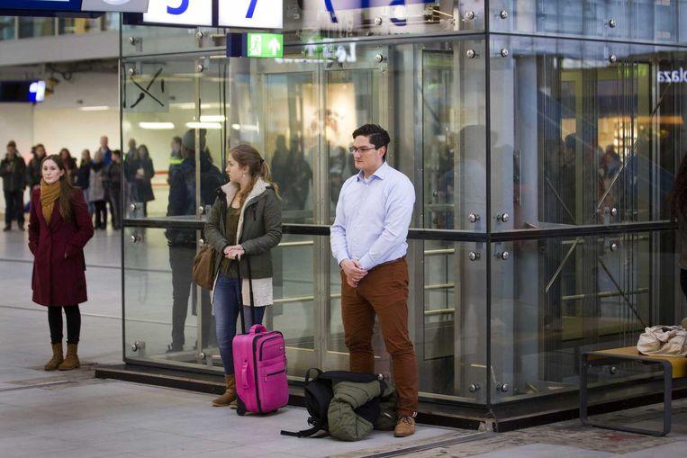 Reizigers op Utrecht CS houden een minuut stilte. Beeld anp