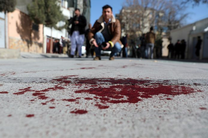 Een Afghaanse journalist filmt de plaats waar de twee vrouwelijke rechters werden doodgeschoten.