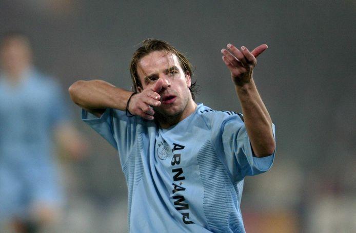 Ajacied Andy van der Meyde maakt een schietgebaar na zijn snelle eerste treffer tijdens het duel met AS Roma.