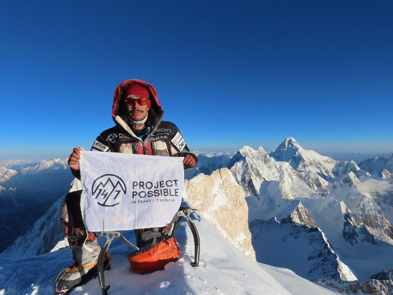 Purja, hier op de top van de Gasherbrum II (8.035 meter), doopte zijn expeditie Project Possible om meer respect te vragen voor de Nepalezen. Beeld AFP