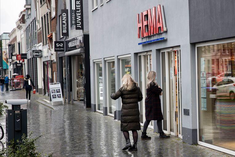 De meeste winkels zijn dinsdag dicht in de grootste winkelstraat van Oud-Beijerland. De Hema is open. Beeld Arie Kievit