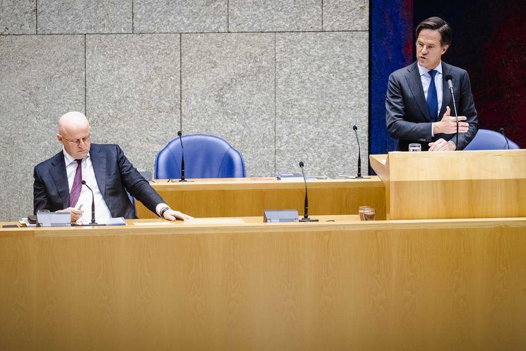 Ferdinand Grapperhaus, demissionair minister van Justitie en Veiligheid, en demissionair premier Mark Rutte tijdens het debat in de Tweede Kamer over de nieuwe spoedwet over de avondklok.  Beeld ANP