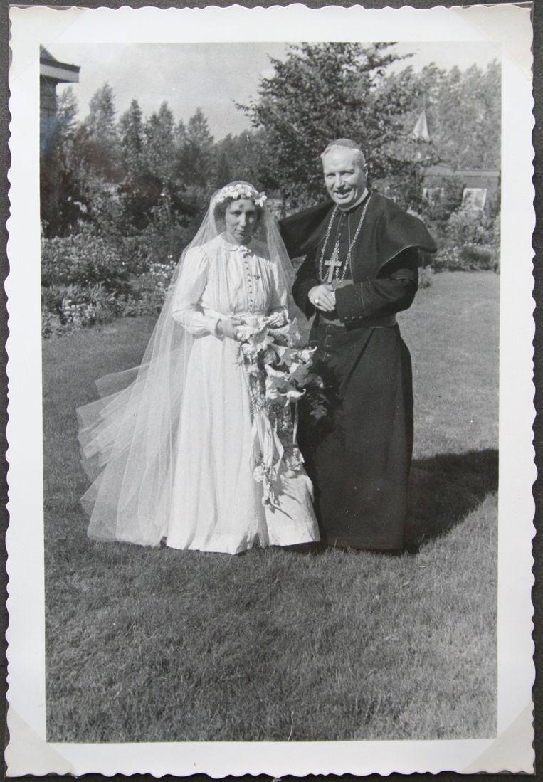 Bisschop Lemmens van Roermond met het bruidje van Jezus op tournee door Limburg. Beeld  Uit het boek 'Vurige liefde'.