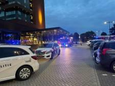 Sauna vliegt in brand bij Van Der Valk hotel in Enschede: aanwezigen staan op het balkon