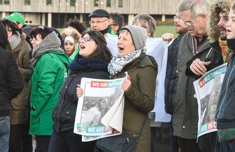 Actie aan het gesloten centrum 127bis voor de vrijlating van mensen die vrijdagavond bij een politiecontrole gearresteerd werden bij kunstencentrum Globe Aroma in Brussel.  Beeld Photonews