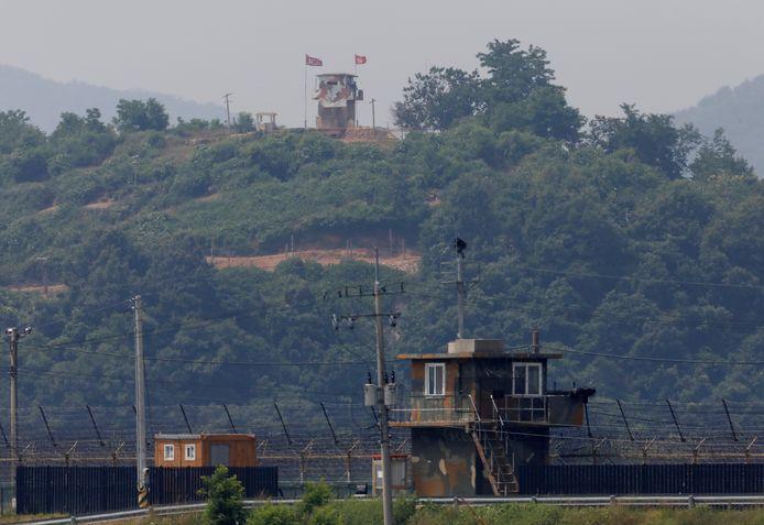De grensposten aan de Koreaanse grens, met boven de Noord-Koreaanse en rechtsonder de Zuid-Koreaanse toren.