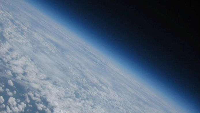 Een foto genomen door de peilingsballon van het KMI. Het instrument meet de temperatuur, de relatieve vochtigheid, de luchtdruk, de windsnelheid, de windrichting en de hoeveelheid ozon.