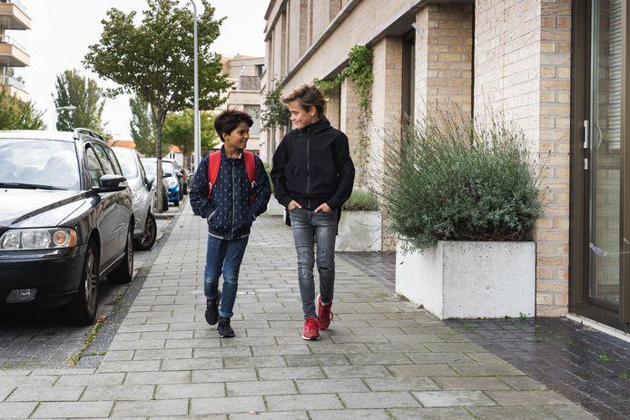 Kinderen komen veiliger op school als ouders hun leeftijdsgenootjes niet meer per auto brengen en andere automobilisten schoolzones mijden, vindt VVN.