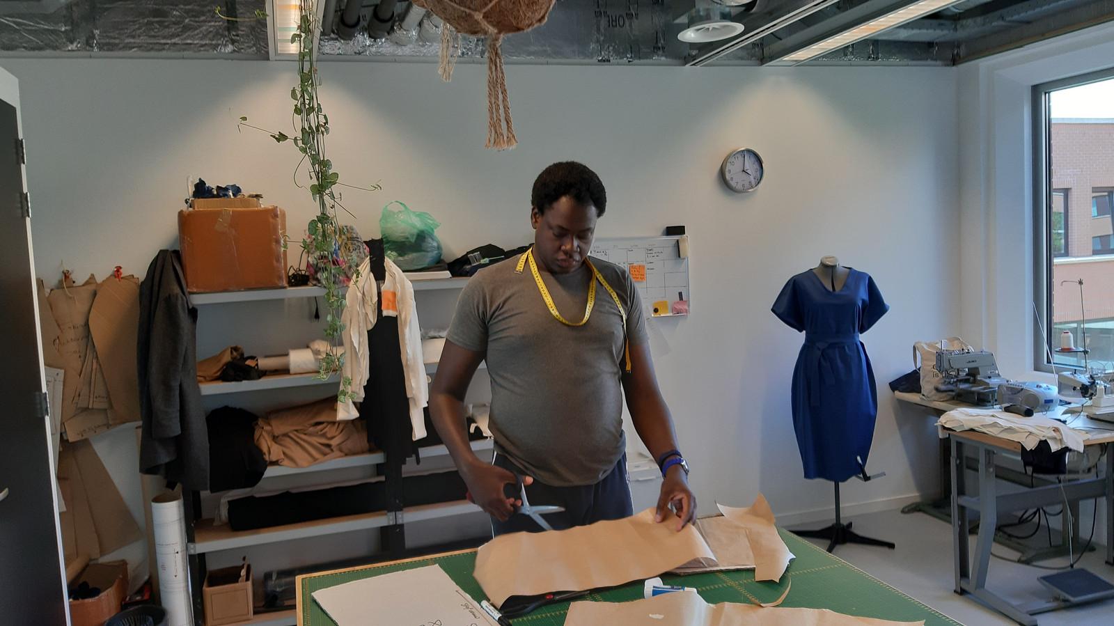 Medewerker Kevin is druk bezig in de atelier van Van der Star.