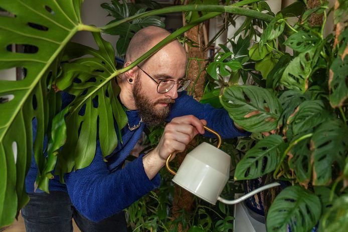Krijn Kroes(25) in zijn kamer tussen de planten in Lunetten.