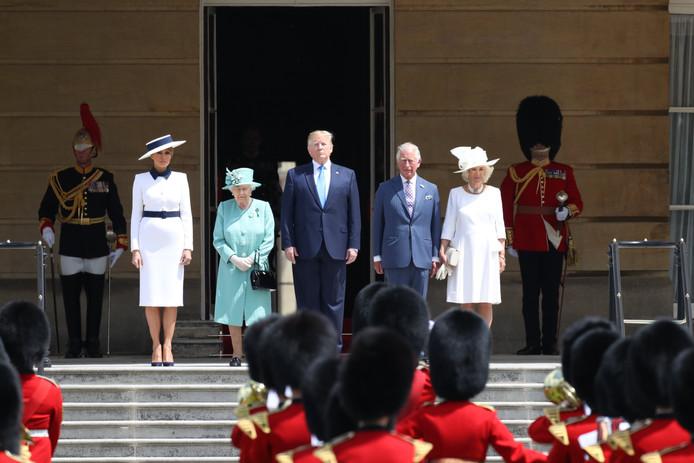 Melania Trump, Elizabeth II, Donald Trump (au centre), le prince Charles et Camilla