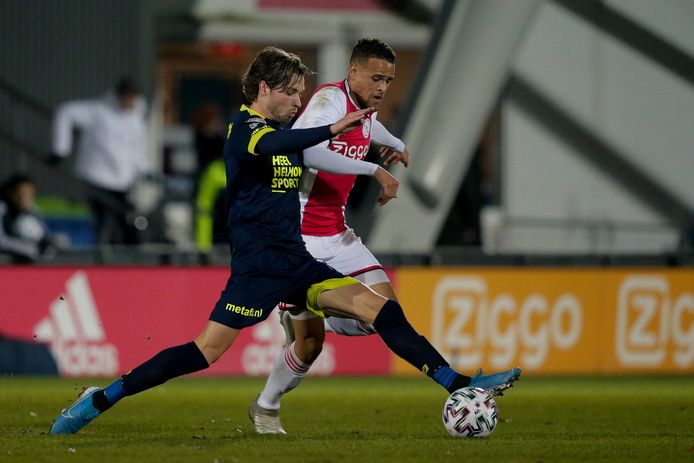Oud-Eagle Orhan Džepar in actie namens Helmond Sport en duelleert met Liam van Gelderen van Jong Ajax