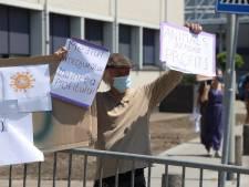 Tientallen actievoerders trotseren hitte voor protest tegen slachthuis: 'Sluit Vion!'