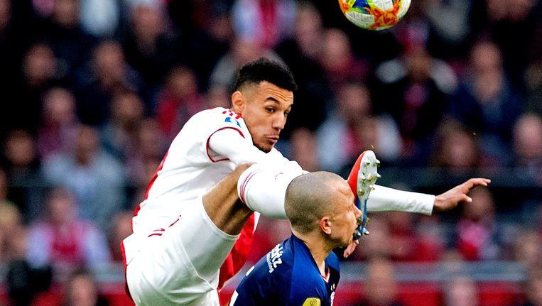 Noussair Mazraoui krijgt na ingrijpen van de VAR een rode kaart voor deze overtreding op Angelino van PSV. Beeld ANP