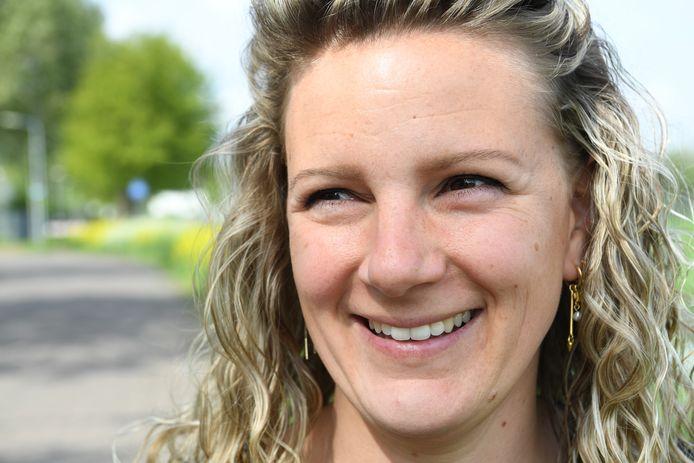 Rianne Meersschaert kreeg al op jonge leeftijd de diagnose MS. Ze doet mee aan een een actie, waarmee ze samen met 33 teamgenoten 50 km gaat afleggen om geld op te halen voor onderzoek naar MS en de behandeling daarvan.