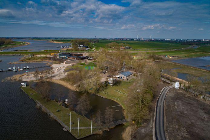 Kanovereniging Skonenvaarder komt, als de Roggebotsluis weg is, buitendijks te liggen. De kans op overstromingen wordt daarmee groter en de vereniging hoopt op een verhoging van de dijk. Op de achtergrond de voormalige Music Club, dat inmiddels deel uitmaakt van het nieuwe vakantiepark van Europarcs.