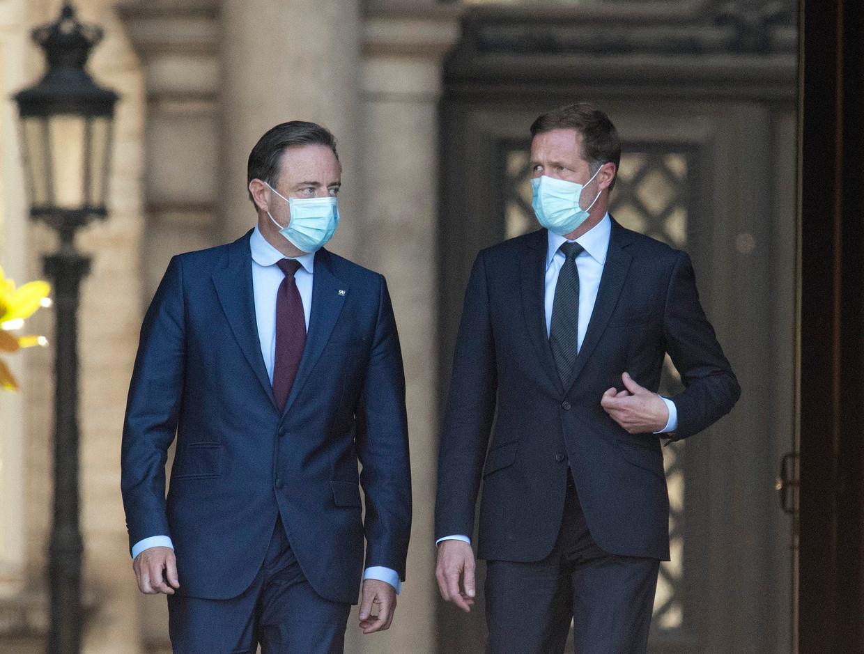 N-VA-voorzitter Bart De Wever (l.) en PS-voorzitter Paul Magnette (r.) brengen verslag uit bij koning Filip.