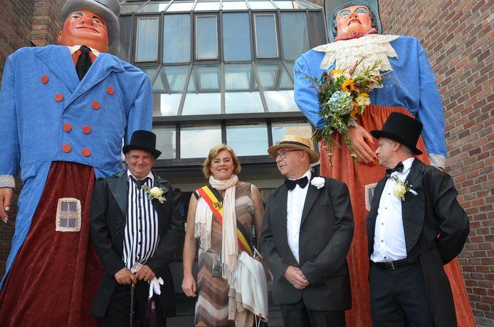 Schepen Alain Triest, burgemeester Tania De Jonge, Gino Standaert en Yvan Roelandt bij de vernieuwde reuzen.