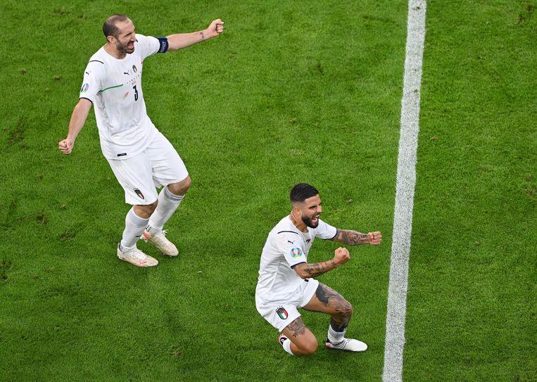 Giorgio Chiellini (links) viert de tweede goal van Italië met Lorenzo Insigne. Beeld Pool via REUTERS