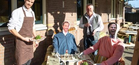 Betrapt! 'Mark Rutte' en 'Hugo de Jonge' ondanks hun eigen verbod aan de lunch op terras in Baarn