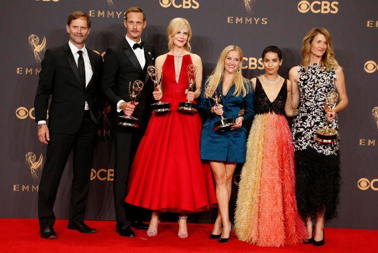 De cast van Little Big Lies poseert met hun Emmy voor beste miniserie. Beeld reuters