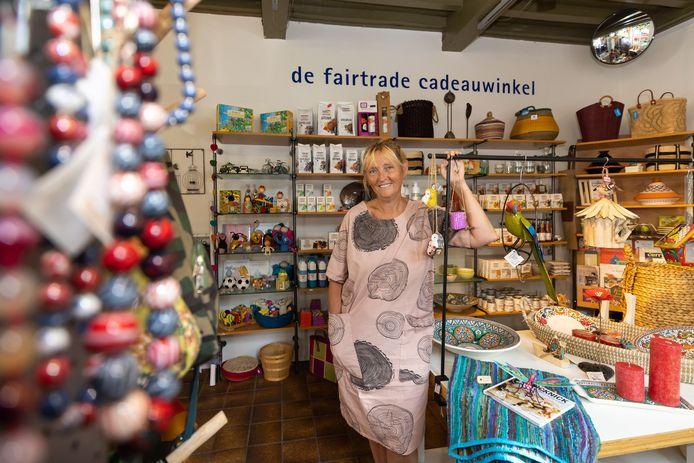 Lies Havelaar in haar fairtrade wereldwinkel in Woudrichem.