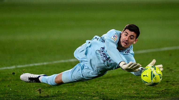 Doelman Thibaut Courtois redt een bal tegen Elche, in La Liga. Beeld AP