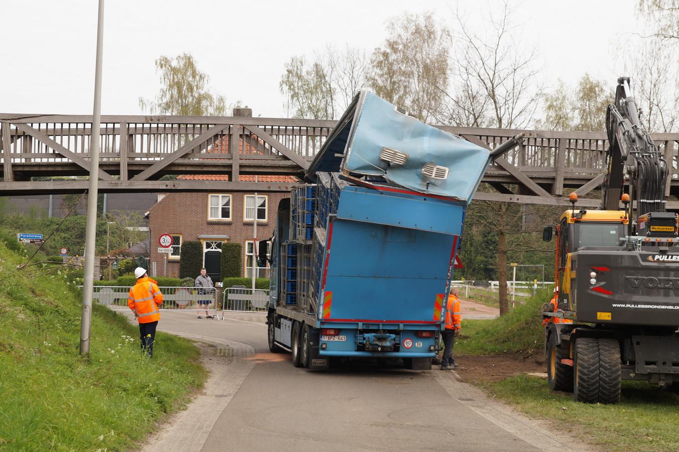 Vrachtwagenchauffeur rijdt zich klem onder fietsbrug in Drunen.