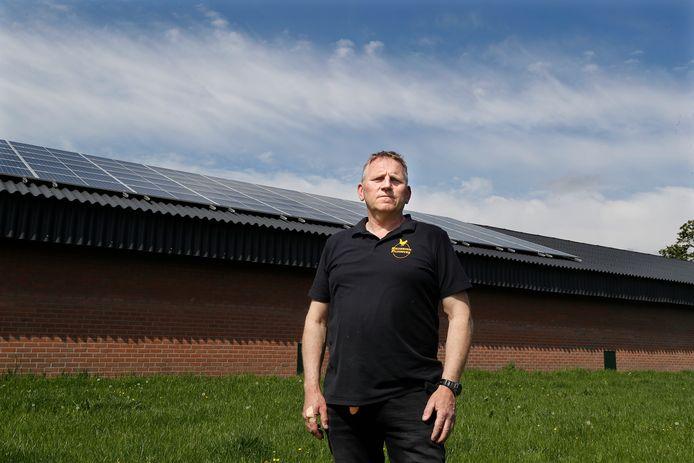 Leo klein Avinck bij de schuur waar in plaats van 1500, slechts 500 zonnepanelen op liggen.