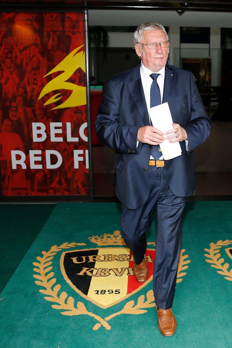 ► Kersvers bondspreses Gérard Linard loopt uit het bondsgebouw. Hij haalde het met 14 stemmen tegen 8. Beeld Photo News