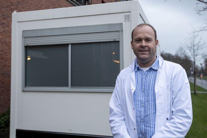 Huisarts Han ter Horst, initiatiefnemer van de Covid-units die in alle kernen van Twenterand staan.