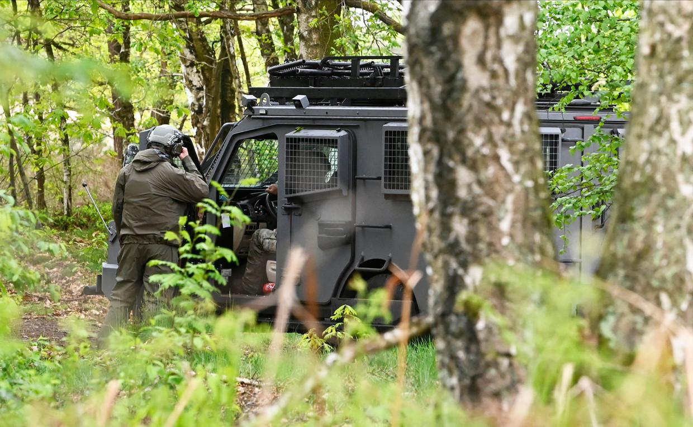 Agenten op zoek naar de voortvluchtige militair. Beeld Photo News