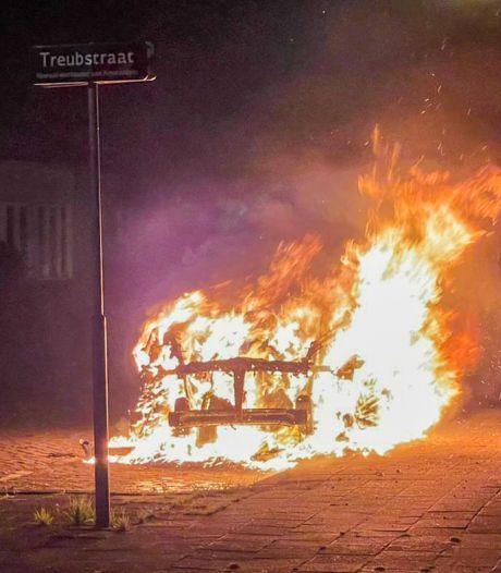 Auto gaat in vlammen op in Dordrecht
