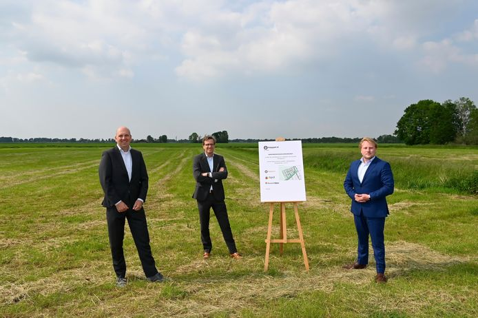 Martin Companje van Roosdom Tijhuis, Theodor Koenen  van BPD en de Meppeler wethouder Robin van Ulzen in het het woongebied.