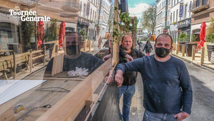Mathieu Vynckier van café Stradivarius en Brian Taveirne van Bar Luxe, bij een plexischerm.