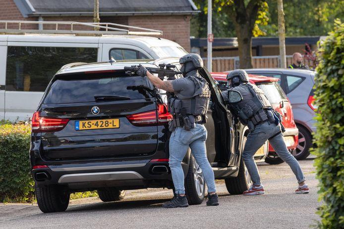 Leden van een arrestatieteam houden de verdachte uit Huissen onder schot.