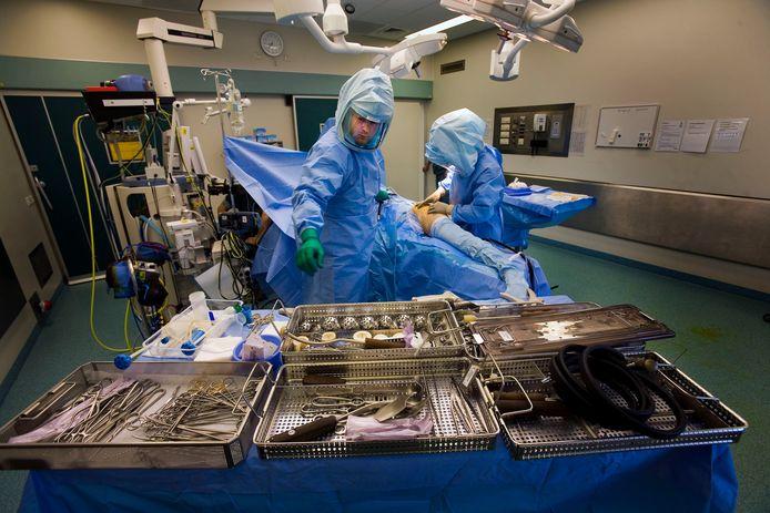 Heupoperatie door een orthopedisch chirurg.