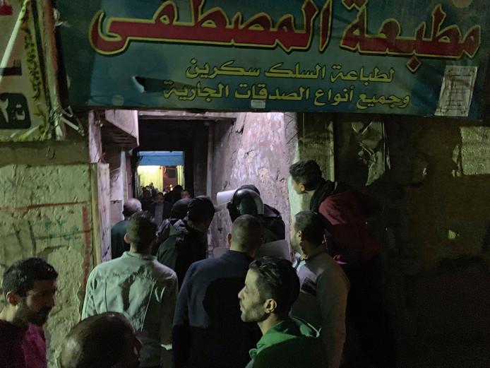 Omstanders bij de plek waar een man zichzelf en twee agenten van het leven beroofde door een bom tot ontploffing te brengen.