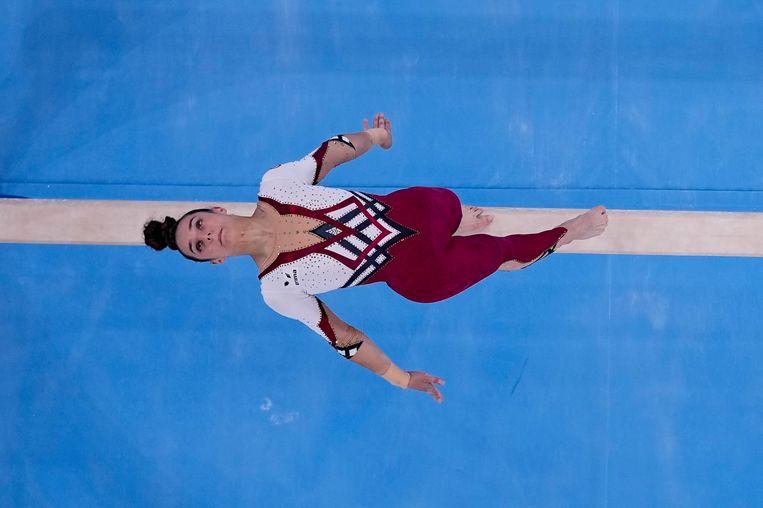 Pauline Schaefer-Betz, uit Duitsland, treedt op op de balk tijdens de artistieke gymnastiekkwalificaties voor vrouwen op de Olympische Zomerspelen 2020, zondag 25 juli 2021, in Tokio. Beeld AP