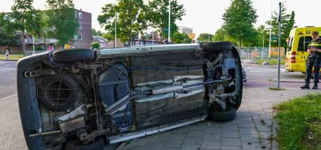 Auto op zijn kant bij botsing in Eindhoven, slachtoffer naar het ziekenhuis