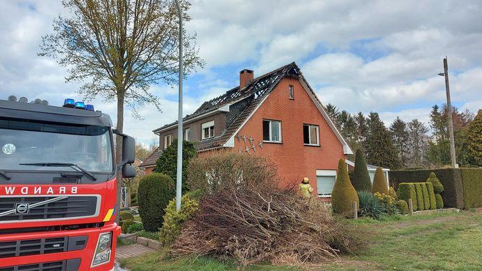 De woning in het Hoekeinde is tijdelijk onbewoonbaar nadat de volledige zolder uitbrandde.