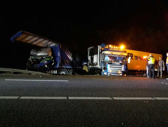 Door een ongeluk met drie vrachtwagens op de snelweg A28 bij Assen is een groot deel van de weg afgesloten.