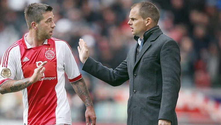 Frank de Boer instrueert Ajax-middenvelder Theo Janssen. Beeld anp