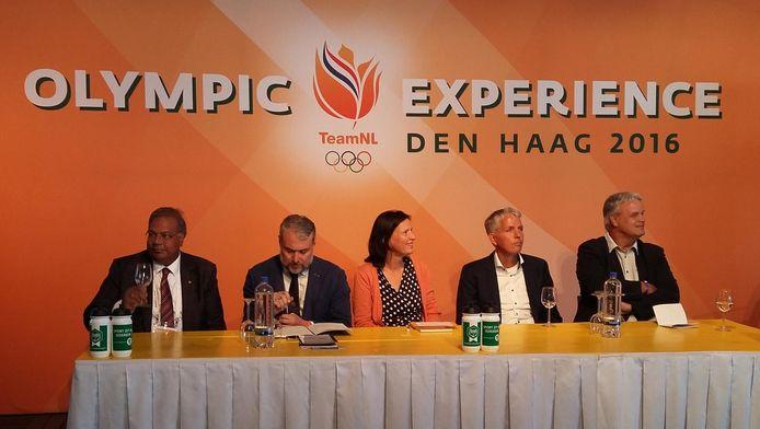 Rabin Baldewsingh (links) tijdens de officiële kandidaatstelling van Den Haag voor de titel Europese sporthoofdstad 2021. Naast hem Hugo Alonso, de algemeen secretaris van Aces Europe.