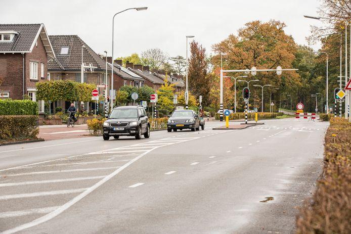 De Deventerweg in Zutphen staat al jaren bekend als onveilig. De weg is onnodig breed, waardoor er vaak te hard wordt gereden. De weg krijgt nu een enorme opknapbeurt en ligt er daarom vanaf komende maandag tot eind januari volgend jaar uit.